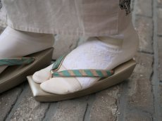 2.ベージュ×ゴールドを白足袋に重ねて履いたスタイル
